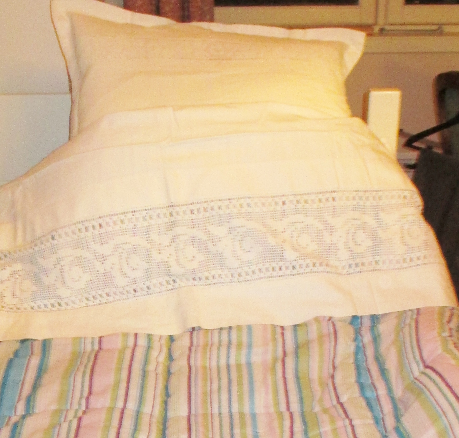 M932M Sheets and pillowcases with crocheted lace