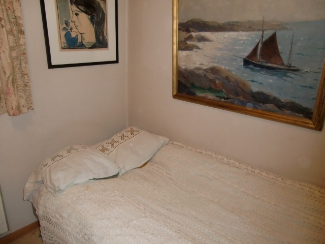 M895M Single bed bedspread and two identical pillows with crocheted lace