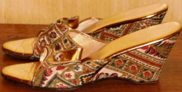 xxM348M 1950s GOLD & FABRIC DELISO WEDGIES SLIPPERS 7