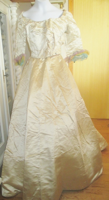 xxM1010M Late Victorian wedding gown nice
