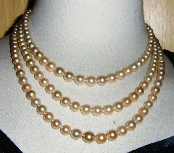 M147M Early 3 stands pearl necklace Takst Voluation N. Kr 35 000